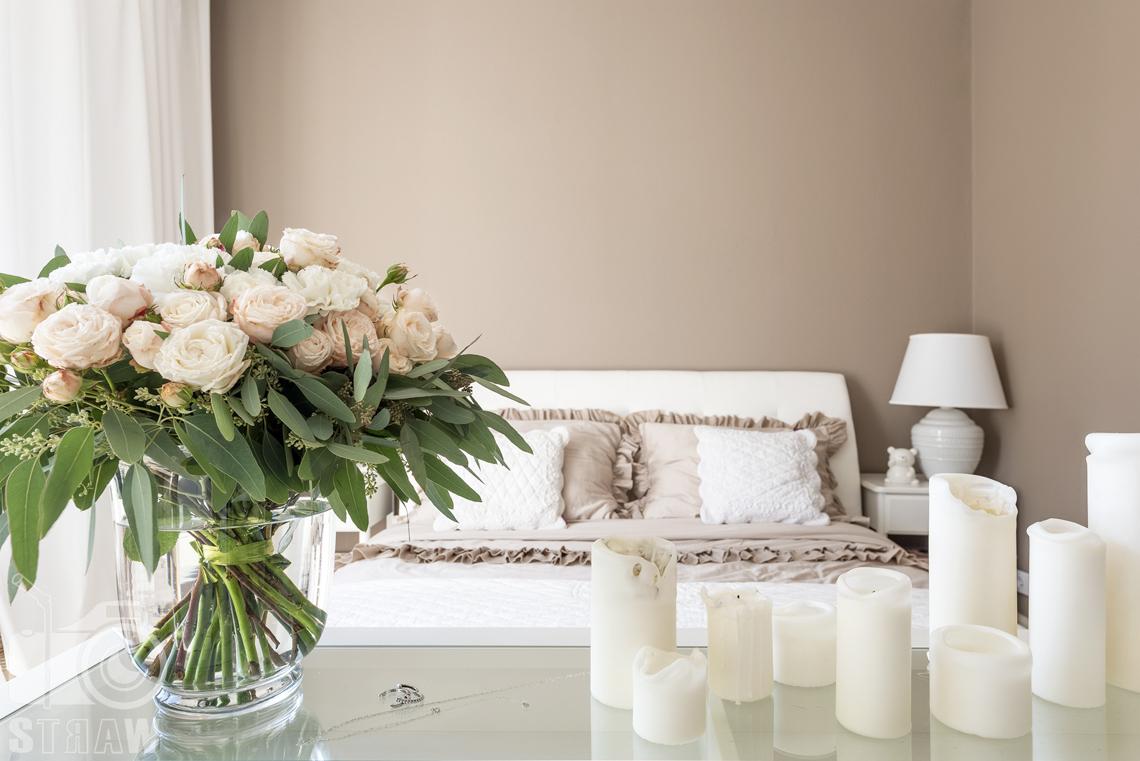 Fotografia wnętrz nieruchomości na sprzedaż Warszawa, bukiet białych i łososiowych róż w wazonie z kwiaciarni bukieciarnia.