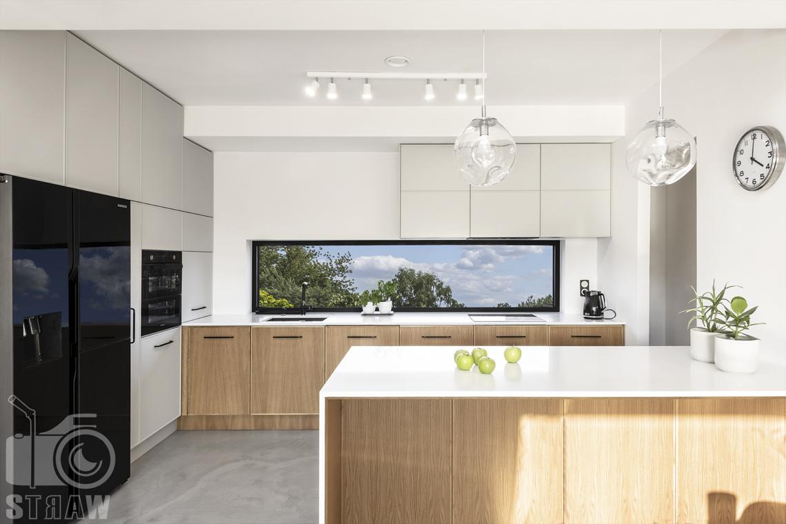 Fotografia wnętrz dla producenta mebli kuchennych, fornir w naturalnym kolorze drewna na szafkach kuchennych.