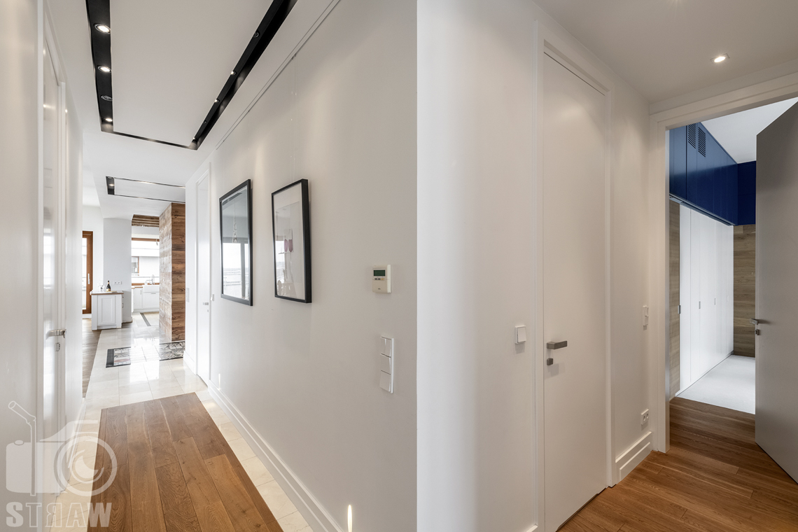 Fotografia nieruchomości na sprzedaż, zdjęcia dla agencji nieruchomości, hol łączący sypialnię, pokoje i salon z kuchnią.