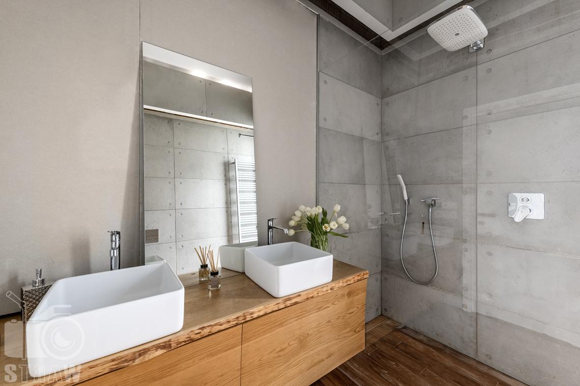 Fotografia nieruchomości na sprzedaż, zdjęcia dla agencji nieruchomości, łazienka przylegająca do sypialni małżeńskiej z prysznicem.