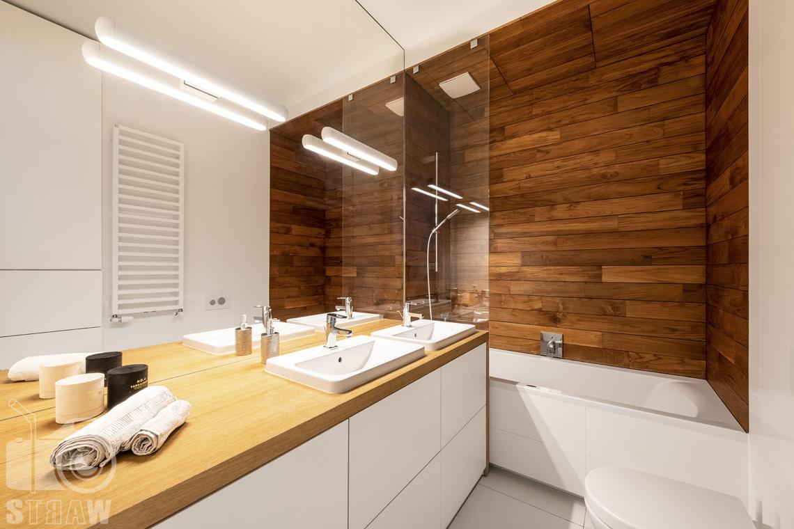 Fotografia nieruchomości na sprzedaż, zdjęcia dla agencji nieruchomości, mała łazienka z wanną.