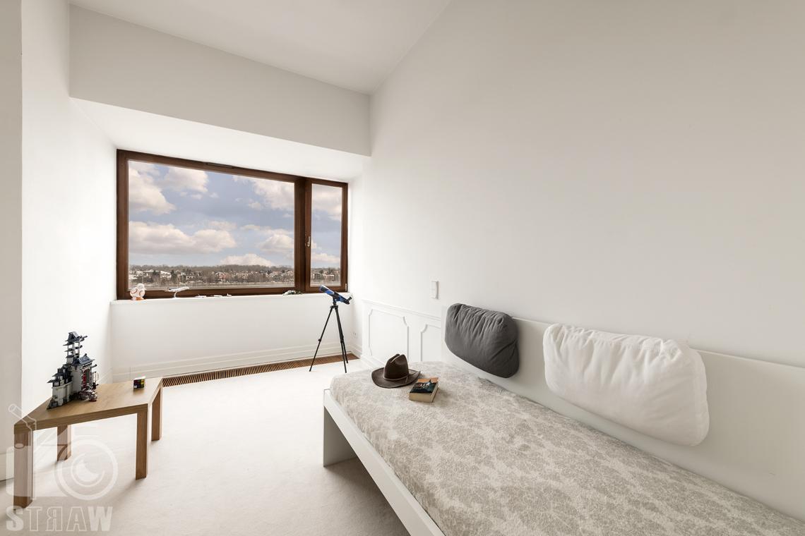 Fotografia nieruchomości na sprzedaż, zdjęcia dla agencji nieruchomości, pokój chłopca, łóżko, klocki na stoliku o kapelusz kowbojski.