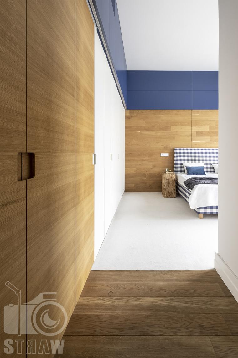 Fotografia nieruchomości na sprzedaż, zdjęcia dla agencji nieruchomości, wejście do sypialni, ciąg szaf i łóżko.