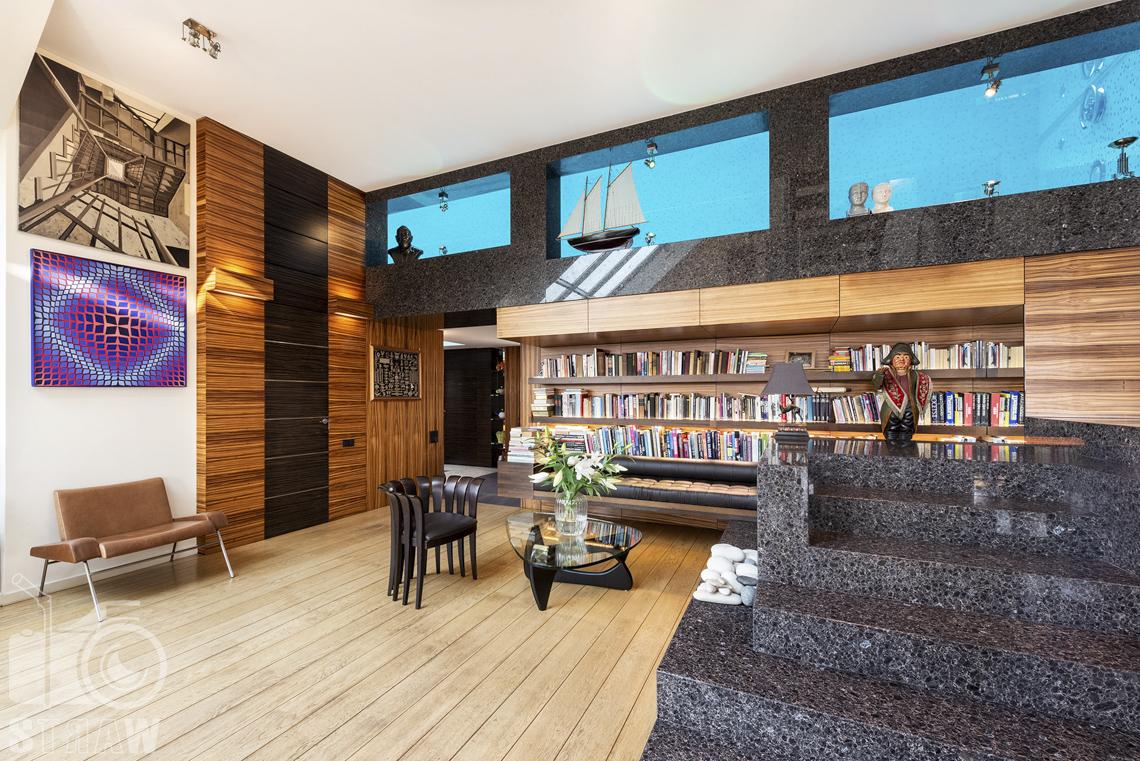 Fotografia wnętrz nieruchomości na sprzedaż, zdjęcia dla biura nieruchomości, kącik biblioteczny, okienka do wnętrza basenu i obrazy na ścianie.