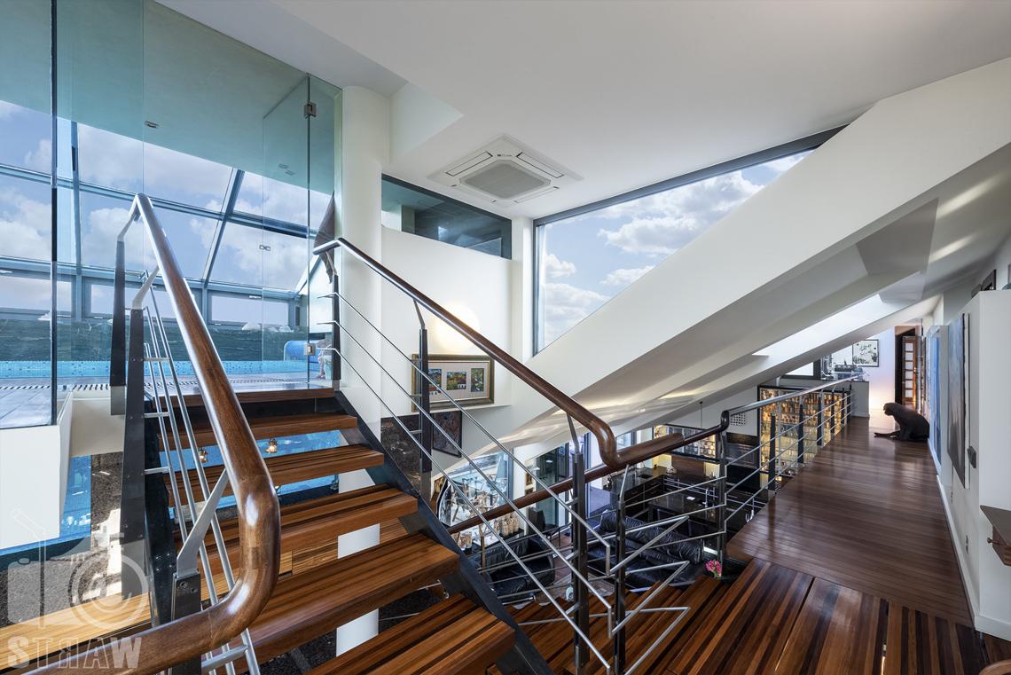 Fotografia wnętrz nieruchomości na sprzedaż, zdjęcia dla biura nieruchomości, antresola i wejście na basen, pies w korytarzu.
