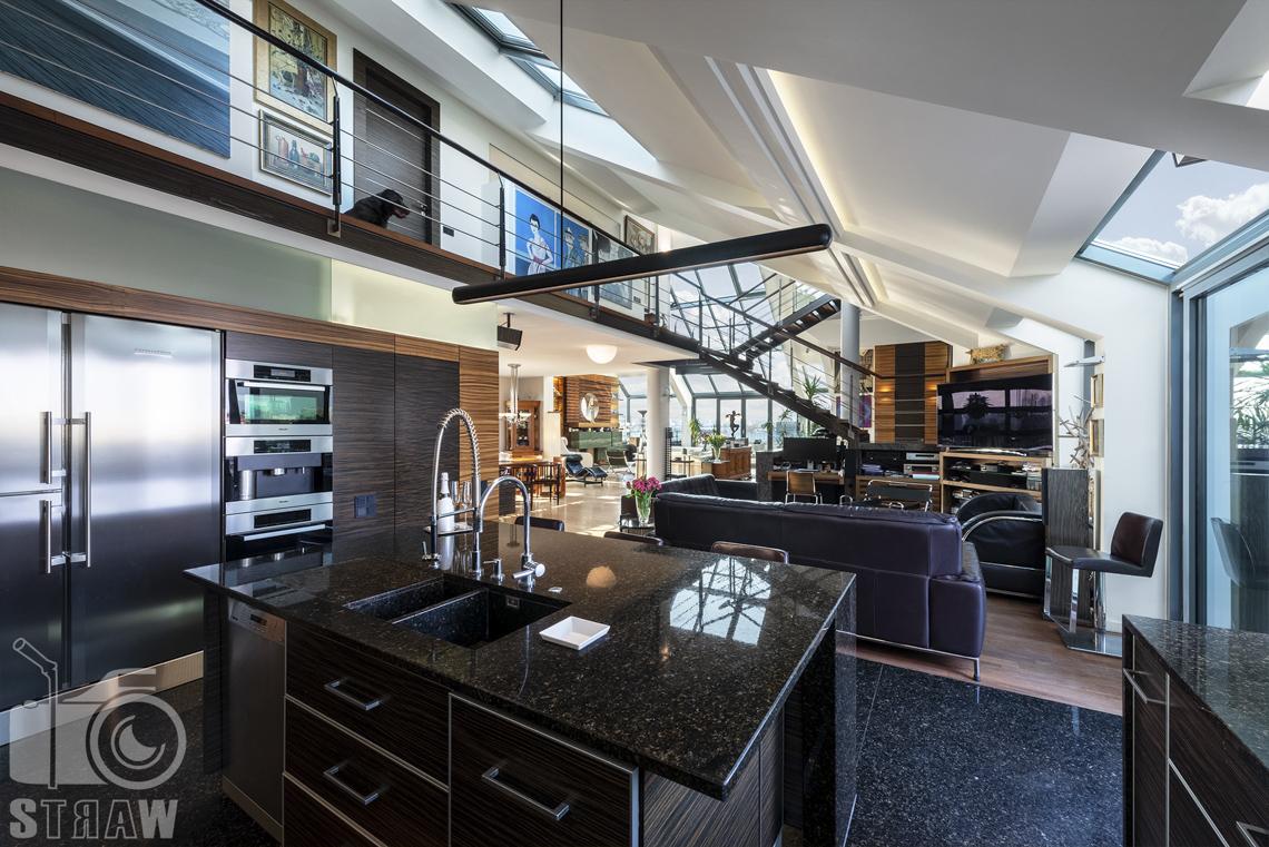 Fotografia wnętrz nieruchomości na sprzedaż, zdjęcia dla biura nieruchomości, dolna kondygnacja, kuchnia, widok w stronę salonu, wyspa.