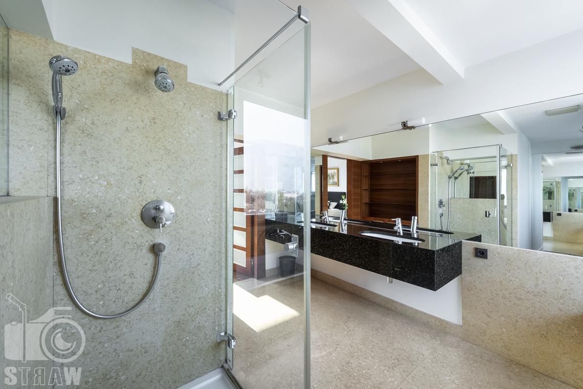 Fotografia wnętrz nieruchomości na sprzedaż, zdjęcia dla biura nieruchomości, łazienka z prysznicem i dwoma umywalkami.