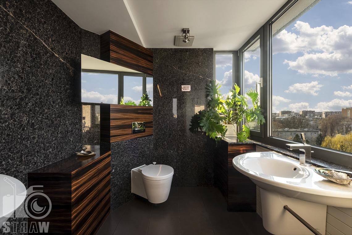 Fotografia wnętrz nieruchomości na sprzedaż, zdjęcia dla biura nieruchomości, mała łazienka gościnna z widokiem na Warszawę.