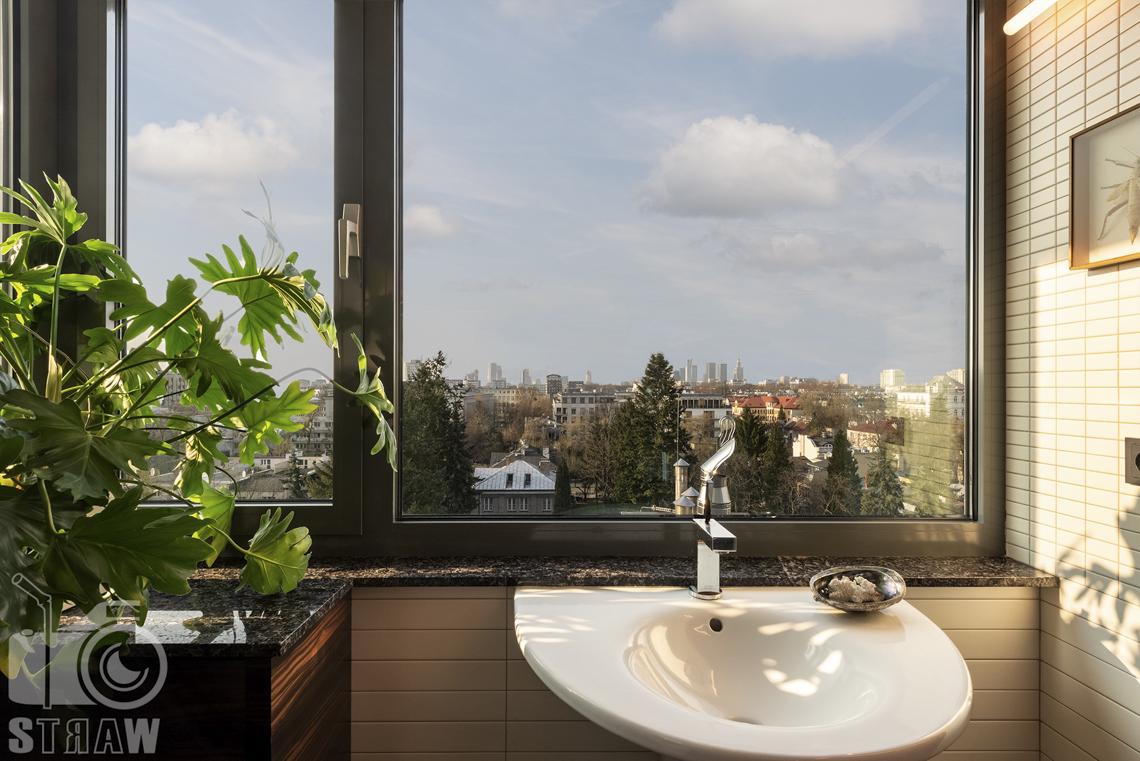 Fotografia wnętrz nieruchomości na sprzedaż, zdjęcia dla biura nieruchomości, mała łazienka gościnna, umywalka i widok z okna
