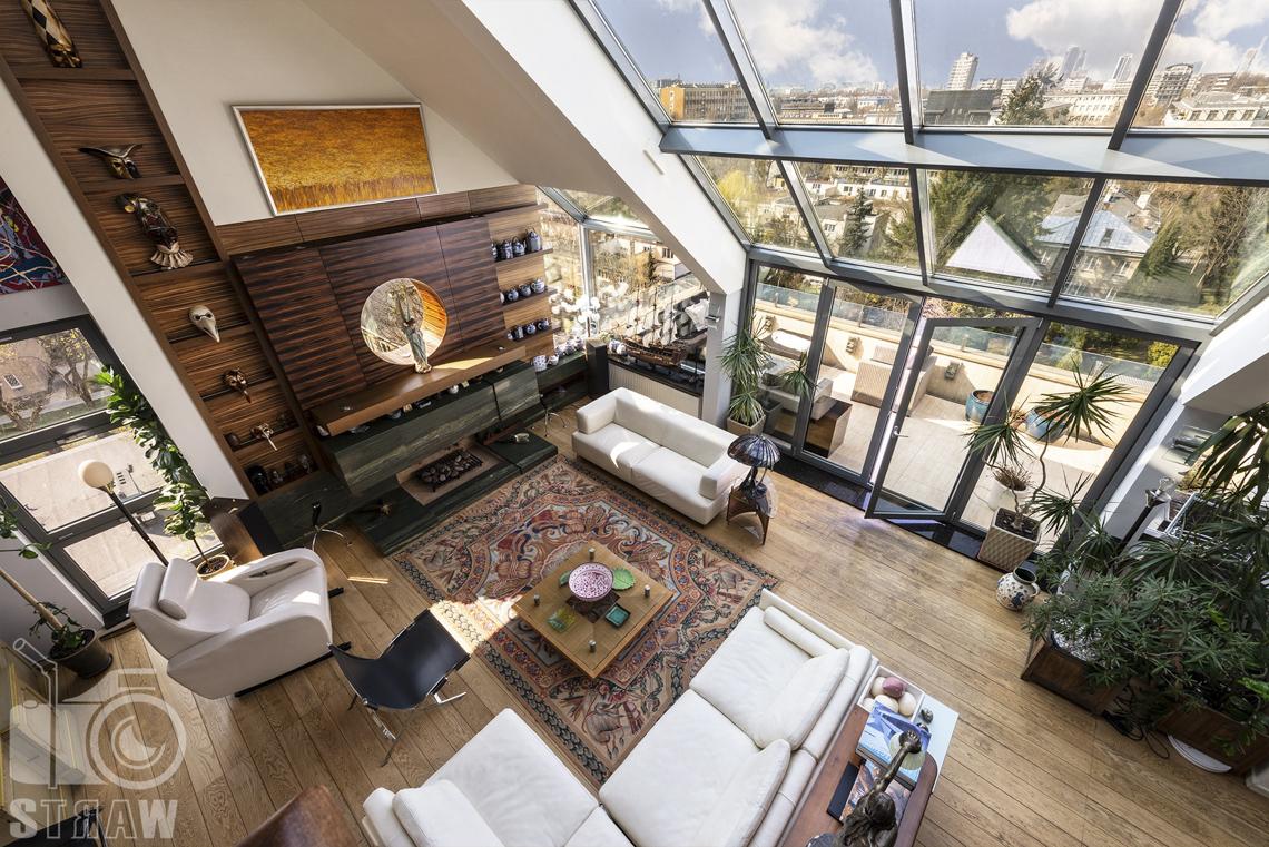 Fotografia wnętrz nieruchomości na sprzedaż, zdjęcia dla biura nieruchomości, widok na salon i taras z antresoli.