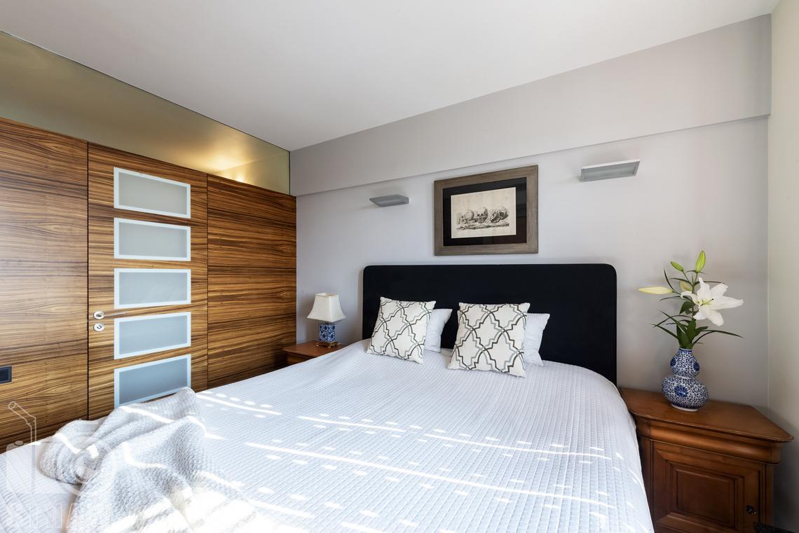 Fotografia wnętrz nieruchomości na sprzedaż, zdjęcia dla biura nieruchomości, sypialnia dla gości z łazienką.