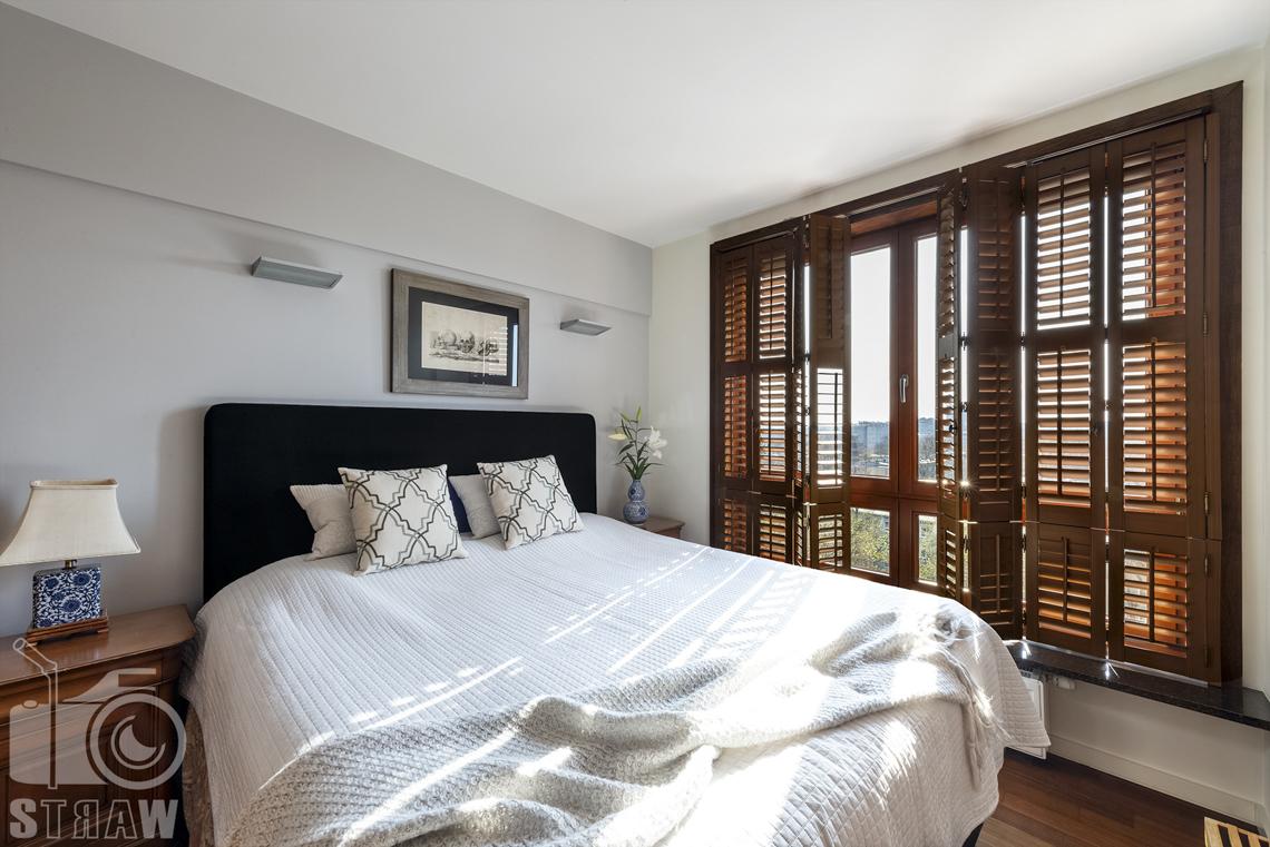 Fotografia wnętrz nieruchomości na sprzedaż, zdjęcia dla biura nieruchomości, mała sypialnia gościnna z łazienką, dekoracyjne zasłony okien.
