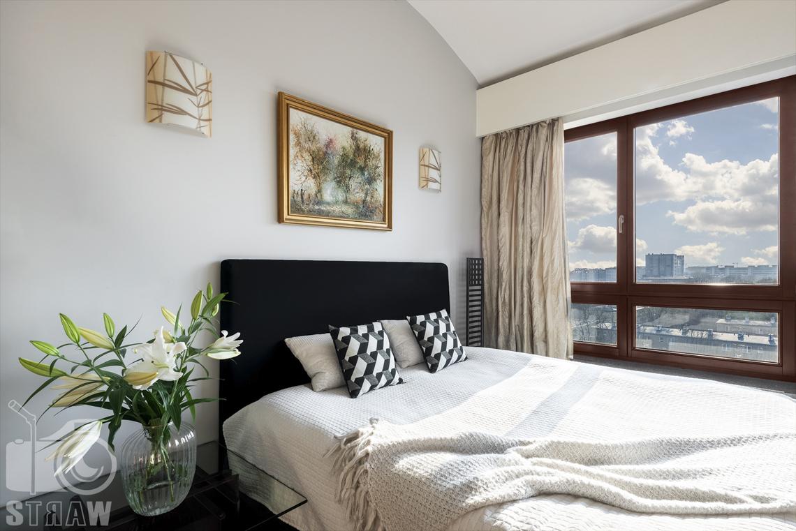 Fotografia wnętrz nieruchomości na sprzedaż, zdjęcia dla biura nieruchomości, mniejsza sypialnia gościnna, obraz, kwiaty.