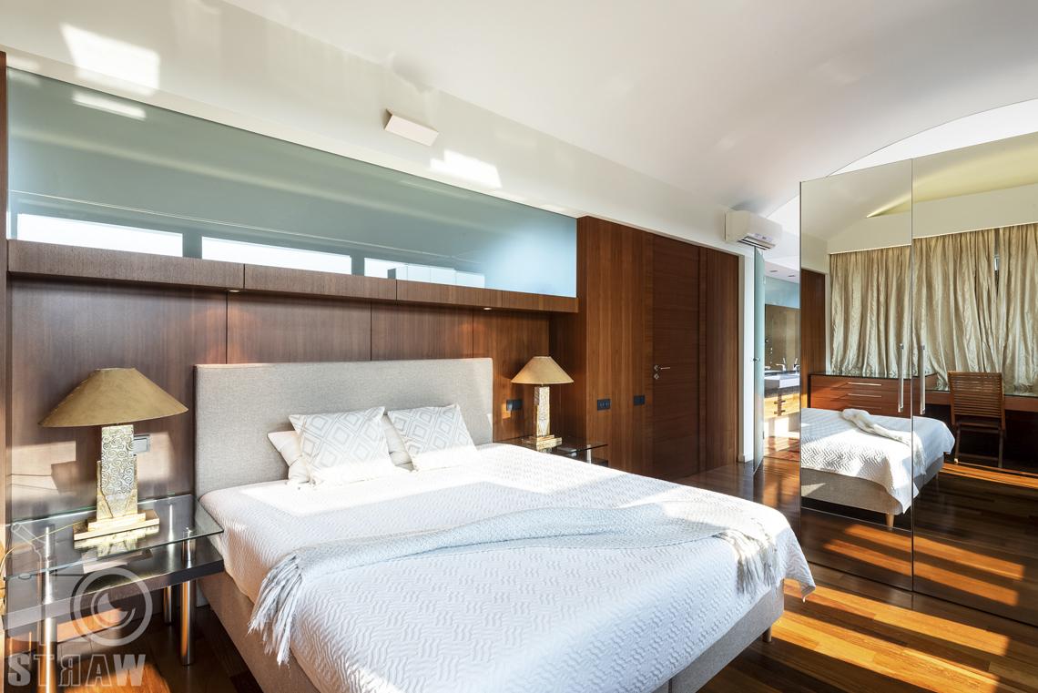 Fotografia wnętrz nieruchomości na sprzedaż, zdjęcia dla biura nieruchomości, duża sypialnia małżeńska, łóżko, lampki.