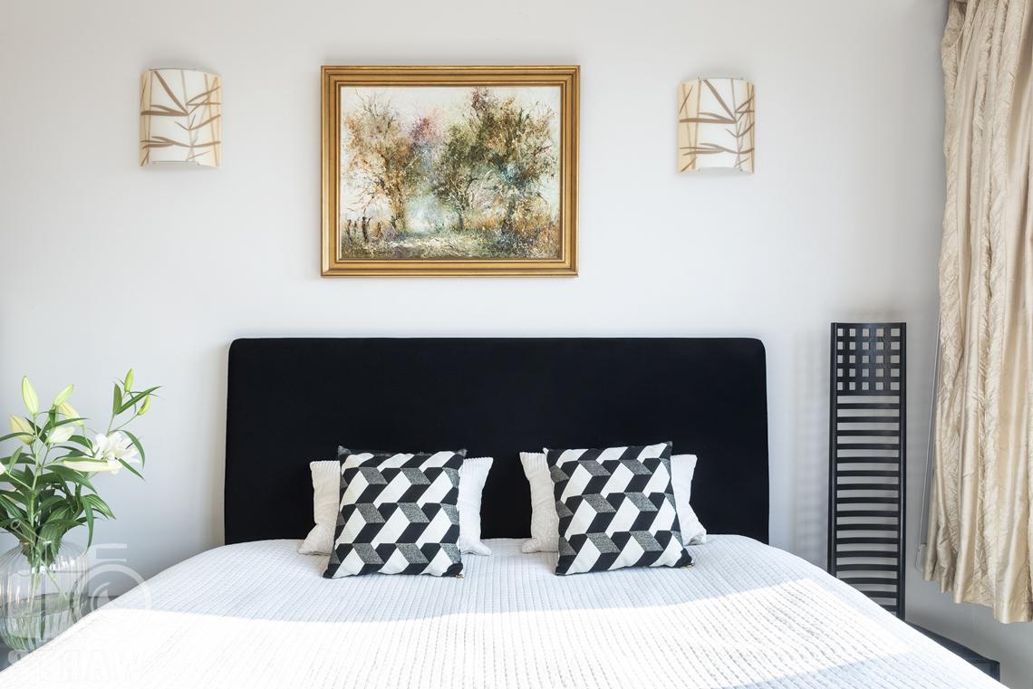 Fotografia wnętrz nieruchomości na sprzedaż, zdjęcia dla biura nieruchomości, sypialnia, czarny zagłówek łóżka, kinkiety.