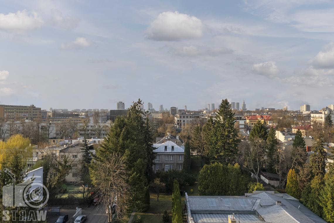 Fotografia wnętrz nieruchomości na sprzedaż, zdjęcia dla biura nieruchomości, widok z tarasu na Warszawę.