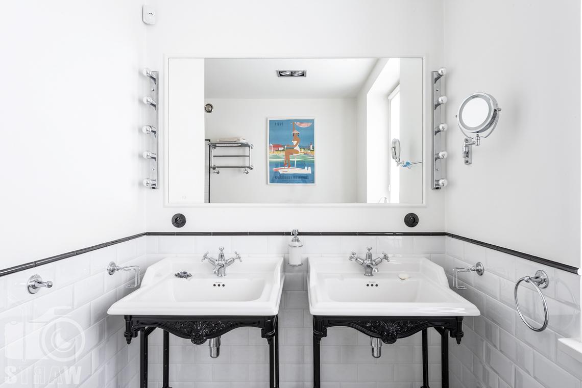 Zdjęcia nieruchomości na sprzedaż, łazienka, dwie umywalki i lustro.