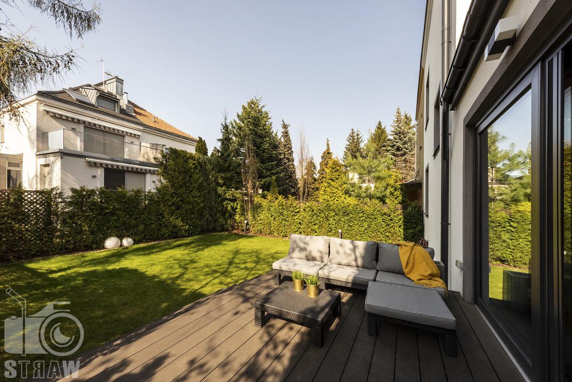 Zdjęcia nieruchomości na sprzedaż, taras i ogród, zestaw wypoczynkowy.