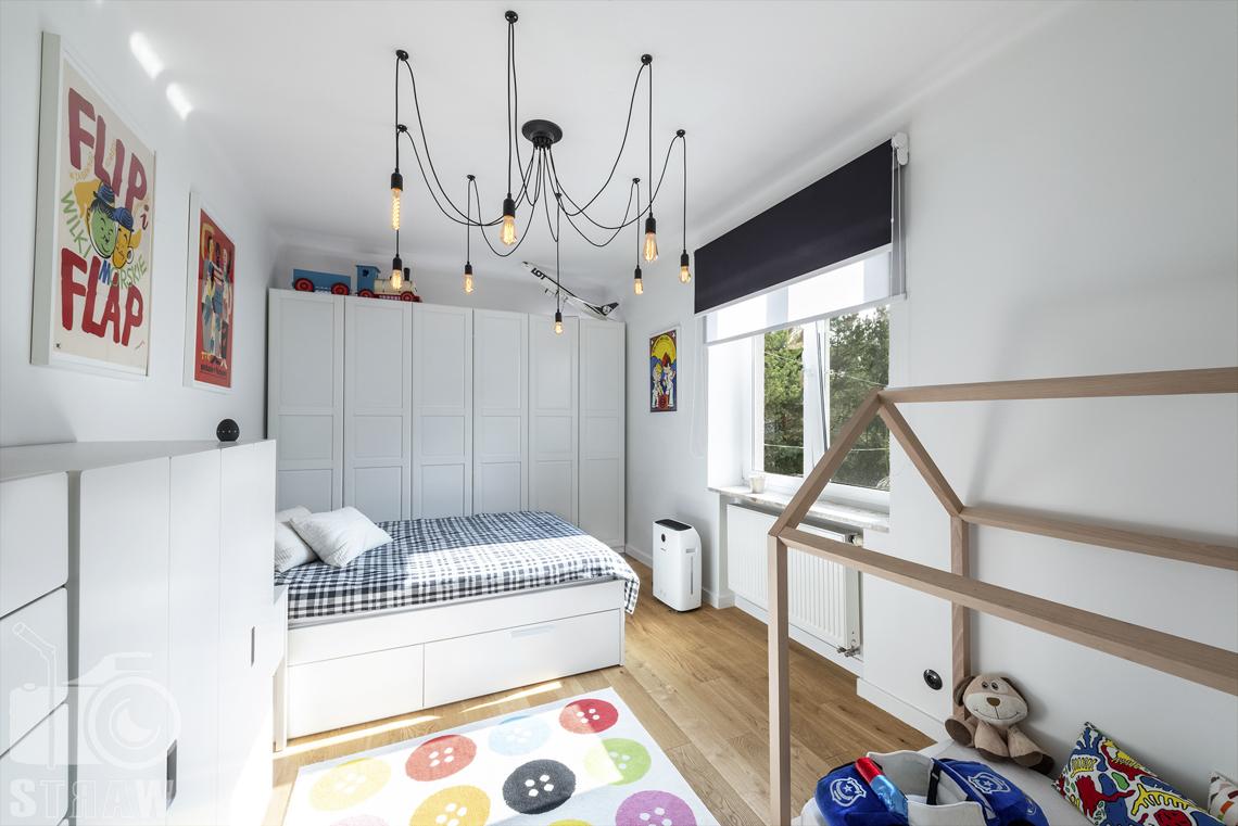 Zdjęcia nieruchomości na sprzedaż, fotografia pokoju chłopca łóżko, szafy, żyrandol.