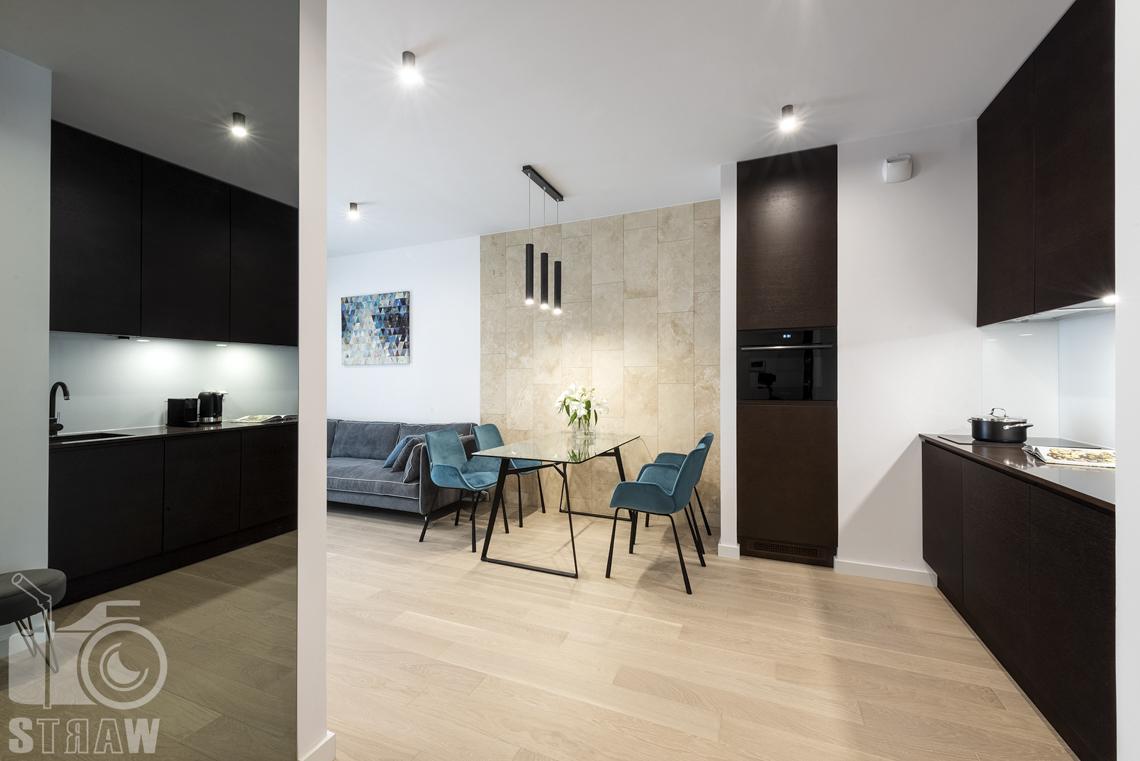 Fotograf wnętrz i zdjęcia nieruchomości na wynajem, widok na kuchnię i salon z jadalnią od strony wejścia, szafa z lustrzanymi drzwiami.