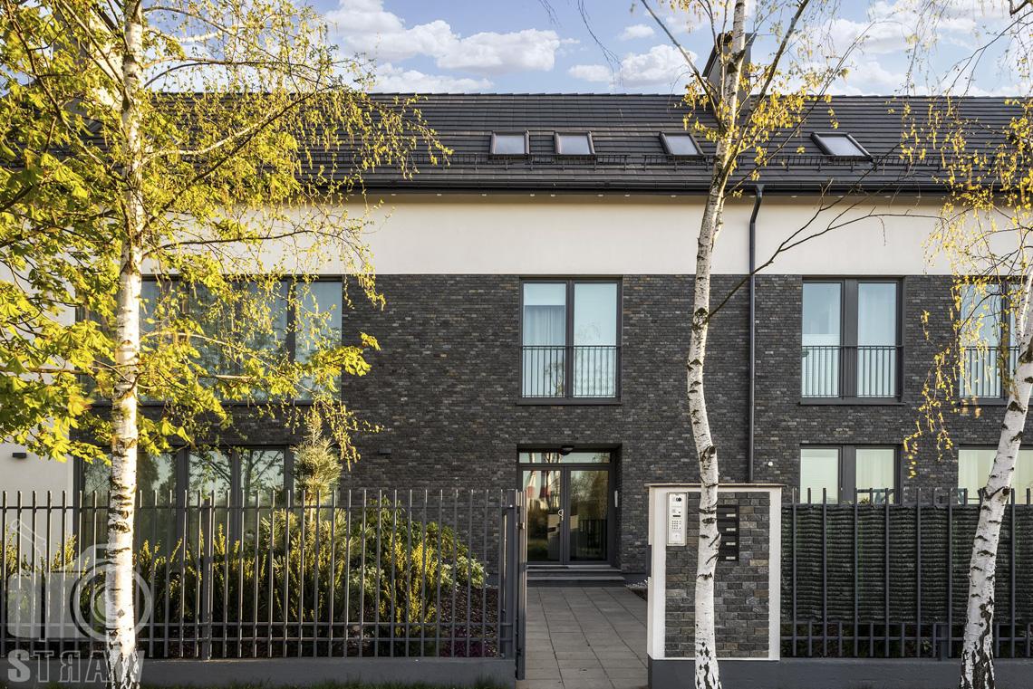 Fotografia wnętrz mieszkania na sprzedaż w warszawskim Wilanowie, zdjęcie budynku z zewnatrz.