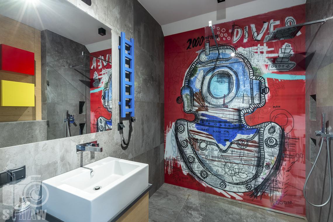 Fotografia wnętrz mieszkania na sprzedaż w warszawskim Wilanowie, łazienka chłopca, prysznic.