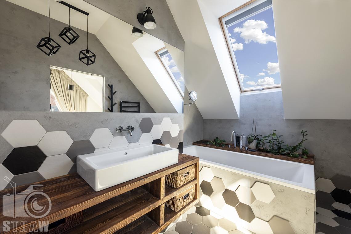 Fotografia wnętrz mieszkania na sprzedaż w warszawskim Wilanowie, łazienka przy sypialni małżeńskiej, wanna i umywalka.