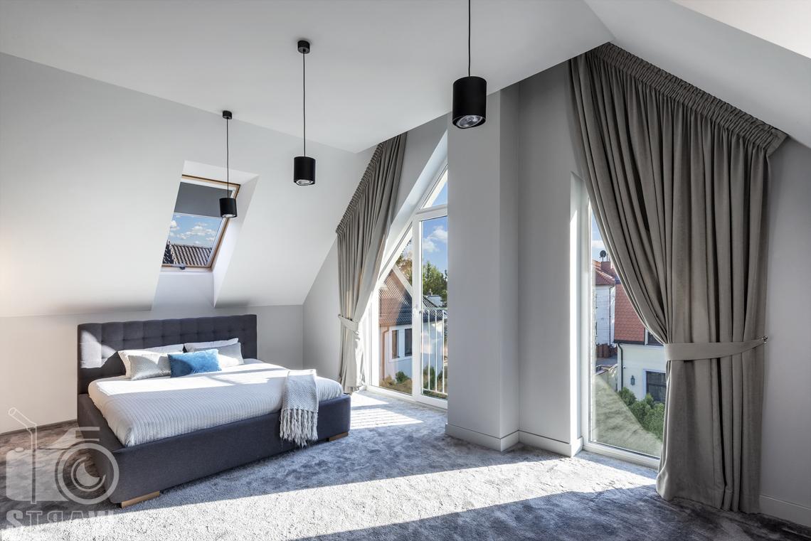 Fotografia wnętrz mieszkania na sprzedaż w warszawskim Wilanowie, zdjęcie sypialni z łóżkiem małżeńskim i lampami.