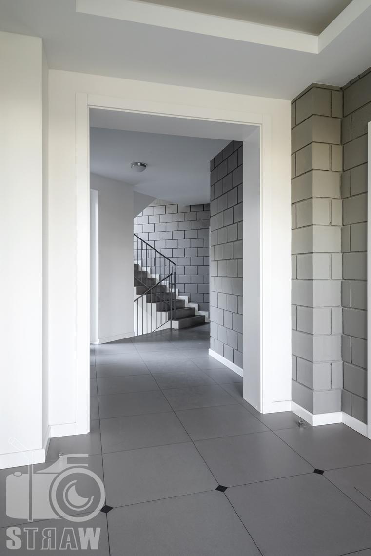 Fotografia wnętrz mieszkania na sprzedaż w warszawskim Wilanowie, zdjęcie klatki schodowej i wejścia do budynku.