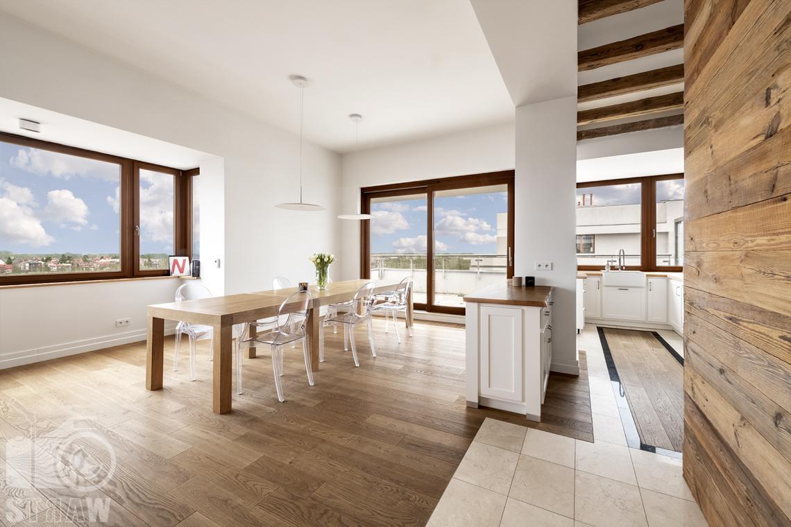 Fotografia nieruchomości na sprzedaż, zdjęcia dla agencji nieruchomości, kuchnia, jadalnia, stół i krzesła.