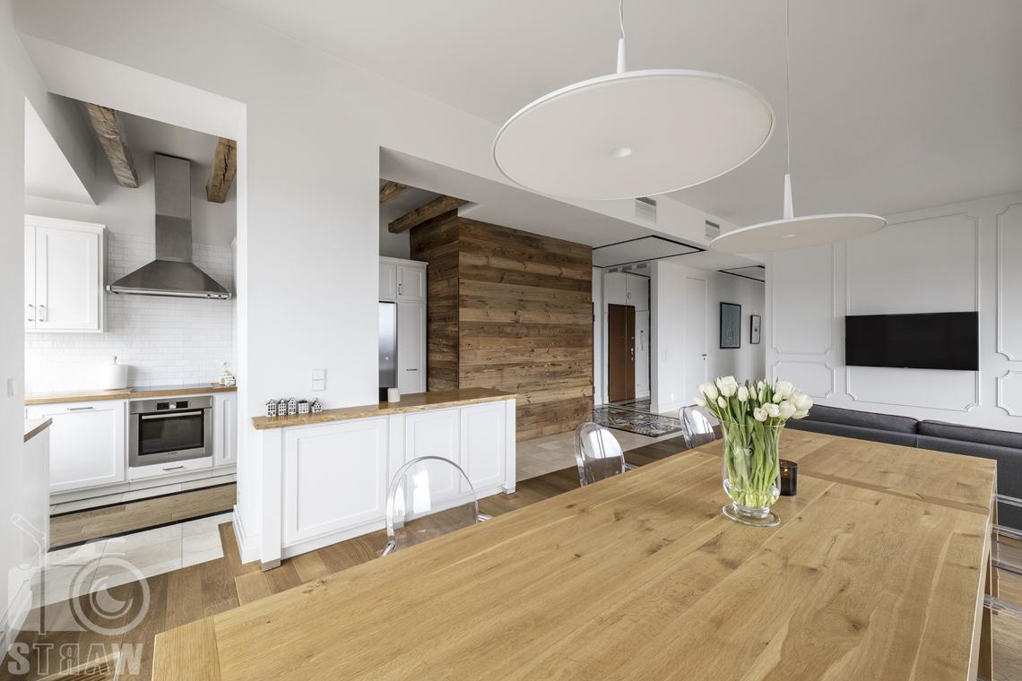 Fotografia nieruchomości na sprzedaż, zdjęcia dla agencji nieruchomości, jadalnia, drewniany stół, widok w stronę kuchni i salonu.
