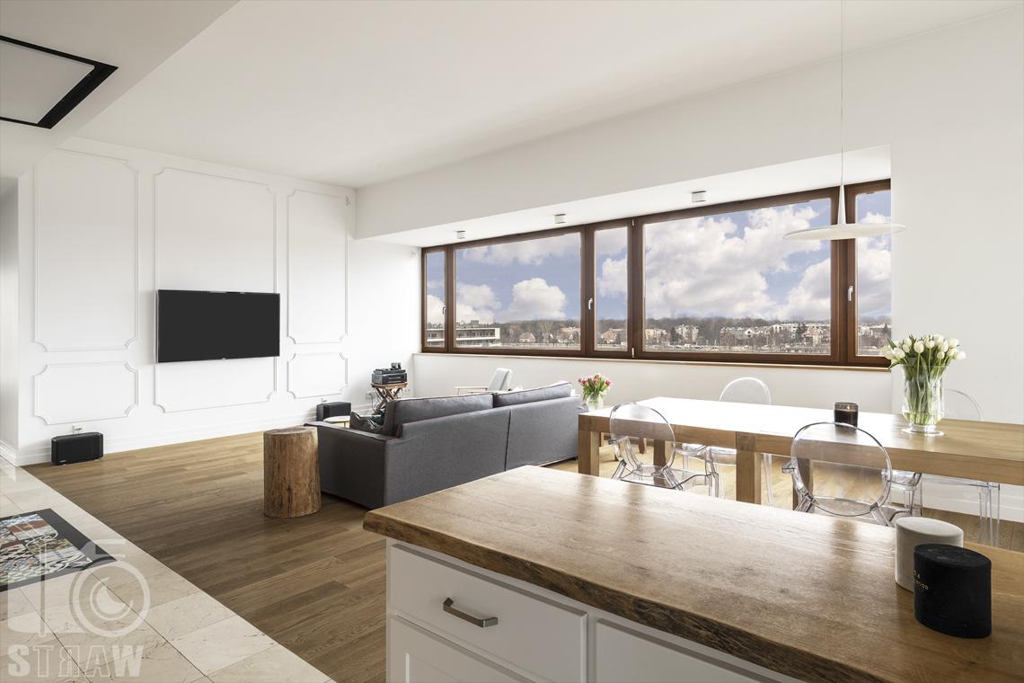 Fotografia nieruchomości na sprzedaż, zdjęcia dla agencji nieruchomości, widok na salon i jadalnię od strony kuchni.