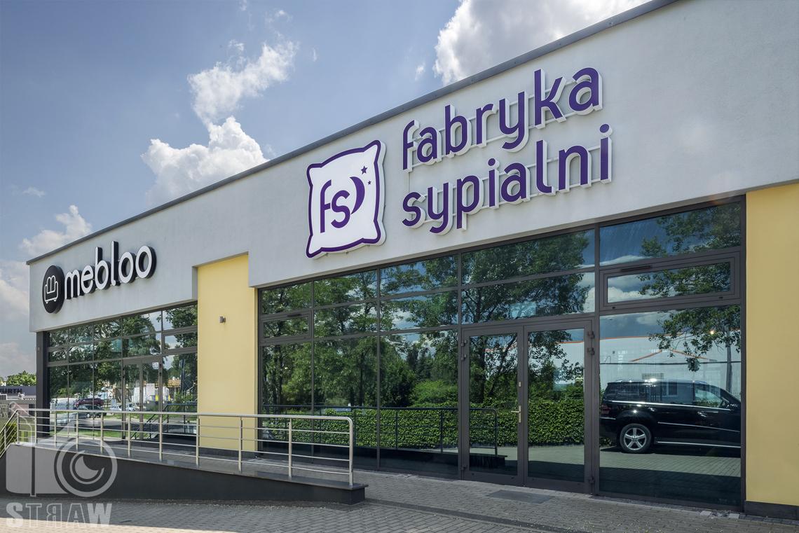 Fotografia wnętrz komercyjnych, zdjęcia sklepu meblowego, wejście do sklepu Fabryka SYpialni i Mebloo w Łodzi.