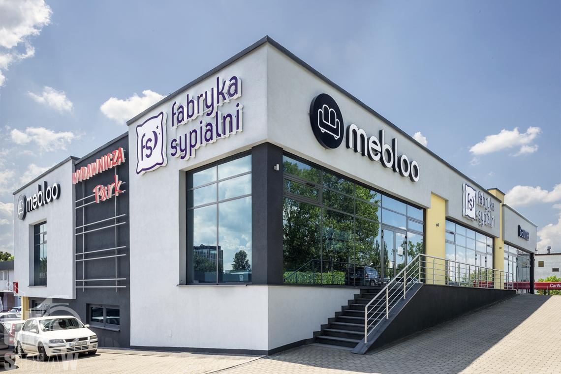 Fotografia wnętrz komercyjnych, zdjęcia sklepu meblowego, budynek sklepu z zewnątrz Mebloo i Fabryka Sypialni w Łodzi.
