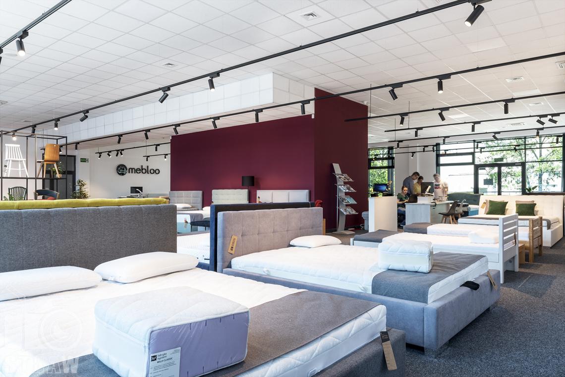 Fotografia wnętrz komercyjnych, zdjęcia sklepu meblowego Fabryka Sypialni i Mebloo, łóżka i krzesła.