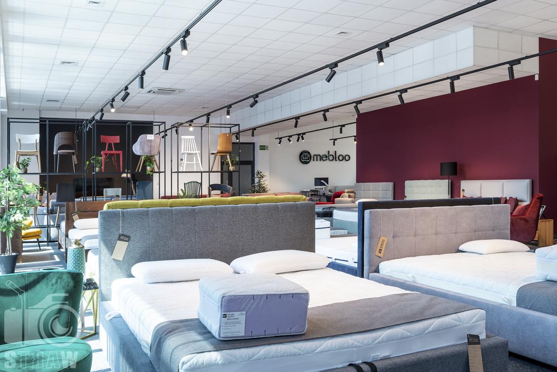 Fotografia wnętrz komercyjnych, zdjęcia sklepu meblowego, zdjęcie sklepu meblowego z łóżkami i krzesłami.