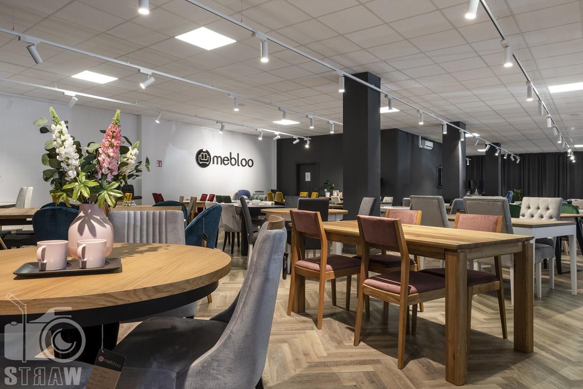 Fotografia wnętrz komercyjnych, zdjęcia sklepu meblowego Mebloo, zdjęcie drewnianego stołu z krzesłami ze śliwkowym obiciem.