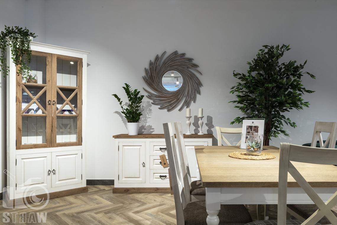 Fotografia wnętrz komercyjnych, zdjęcia sklepu meblowego, drewniany komplet mebli razem z lustrem w drewnianej oprawie.