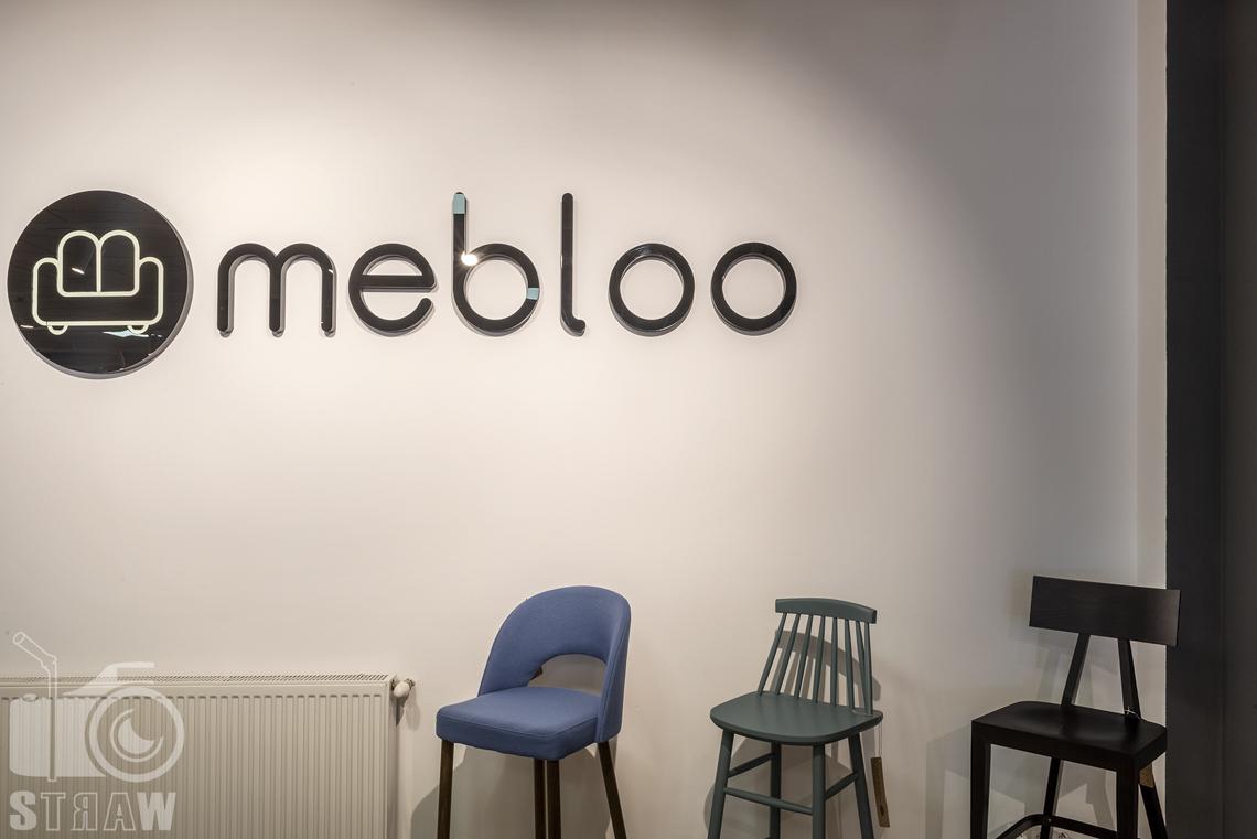 Fotografia wnętrz komercyjnych, zdjęcia sklepu meblowego, trzy krzesła typu hooker w różnych kolorach i stylach.