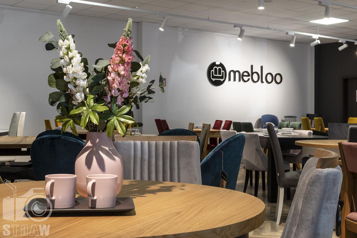 Fotografia wnętrz komercyjnych, zdjęcia sklepu meblowego, okrągły stół drewniany z dekoracją z kubków i kwiatów.