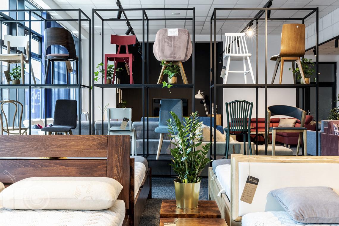 Fotografia wnętrz komercyjnych, zdjęcia sklepu meblowego, ekspozycja krzeseł w różnych kolorach i stylach.