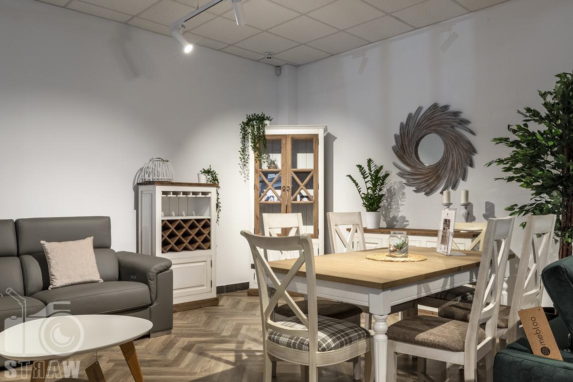 Fotografia wnętrz komercyjnych, zdjęcia sklepu meblowego, drewniany komplet mebli w stylu sielskim.