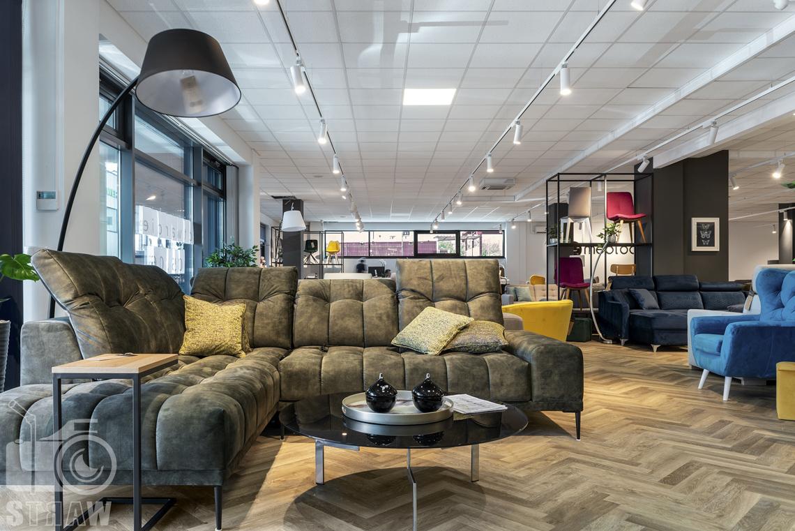 Fotografia wnętrz komercyjnych, zdjęcia showroomu meblowego Mebloo w Łodzi, na zdjęciu sofa, stolik kawowy i lampa.