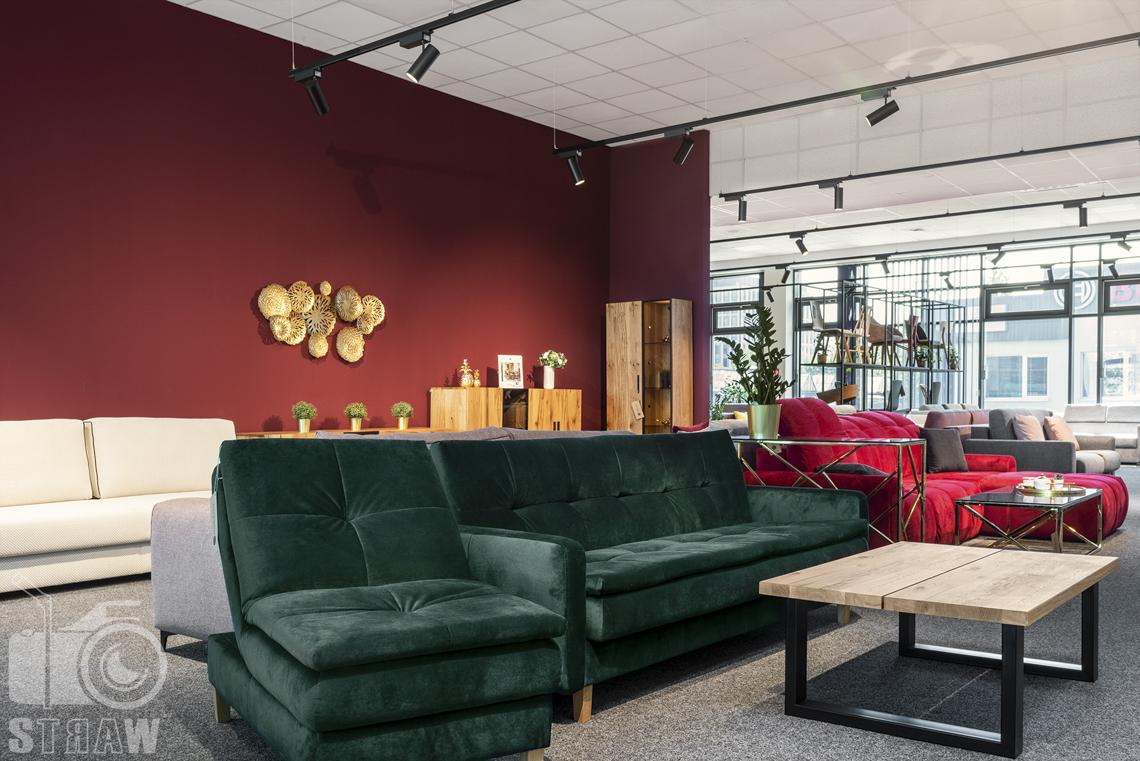 Fotografia wnętrz komercyjnych, zdjęcia showroomu meblowego, na zdjęciu zielona pluszowa sofa i fotel w komplecie.