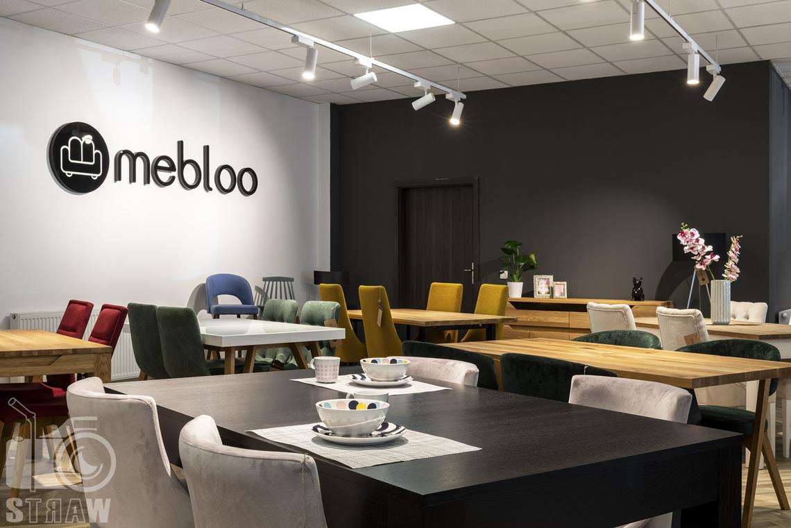 Fotografia wnętrz komercyjnych, zdjęcia sklepu meblowego, czarny stół z szarymi krzesłami.