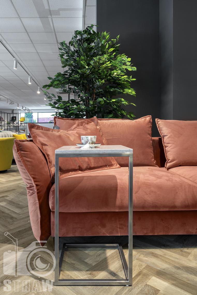 Fotografia wnętrz komercyjnych, zdjęcia showroomu meblowego, zdjęcie łososiowej sofy i stolika podręcznego.