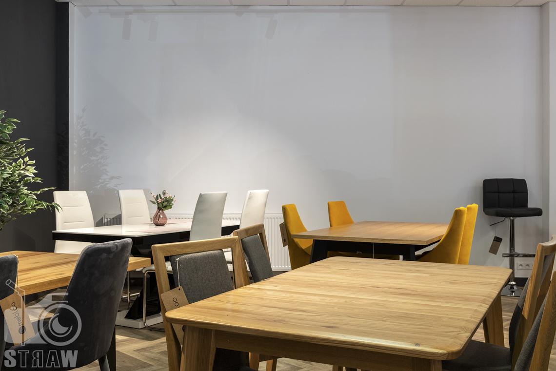 Fotografia wnętrz komercyjnych, zdjęcia stołów i krzeseł w sklepie meblowym mebloo.
