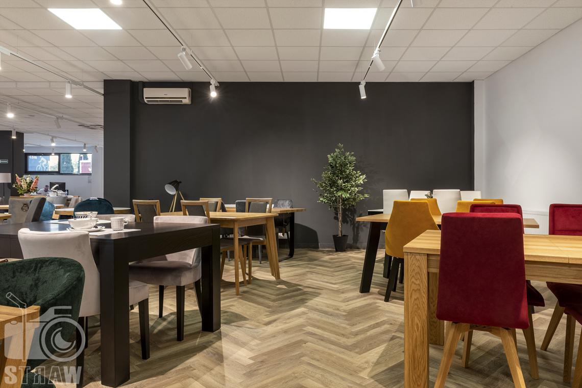 Fotografia wnętrz komercyjnych, zdjęcia sklepu meblowego Mebloo, stoły i krzesła drewniane i kolorowe krzesła.