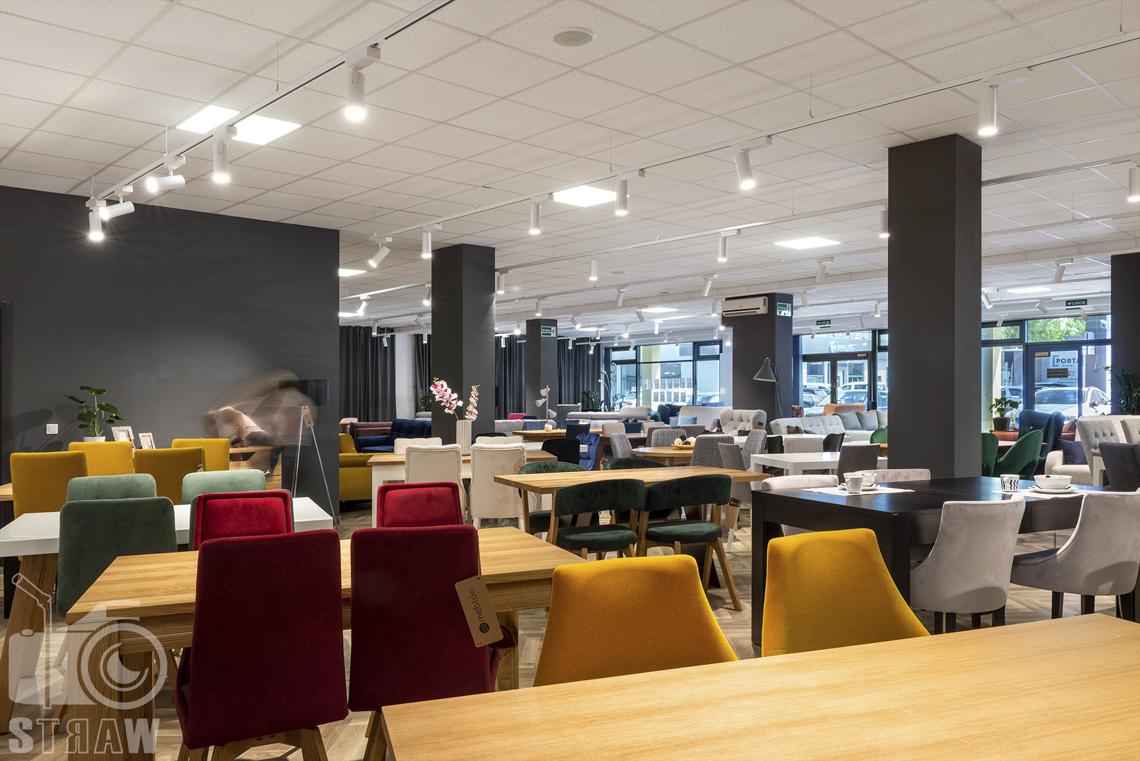 Fotografia wnętrz komercyjnych, zdjęcia showroomu meblowego Mebloo, na zdjęciu stoły i kolorowe krzesła.