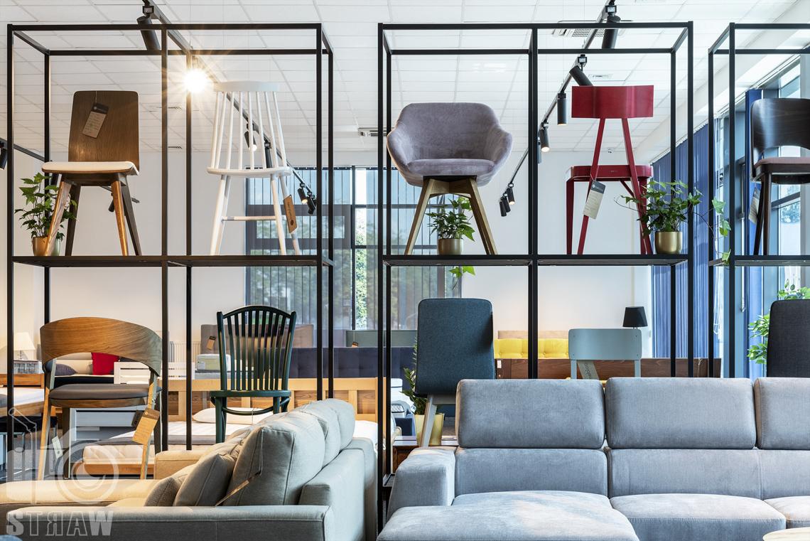Fotografia wnętrz komercyjnych, zdjęcia sklepu meblowego, szare sofy i ekspozycja krzeseł.